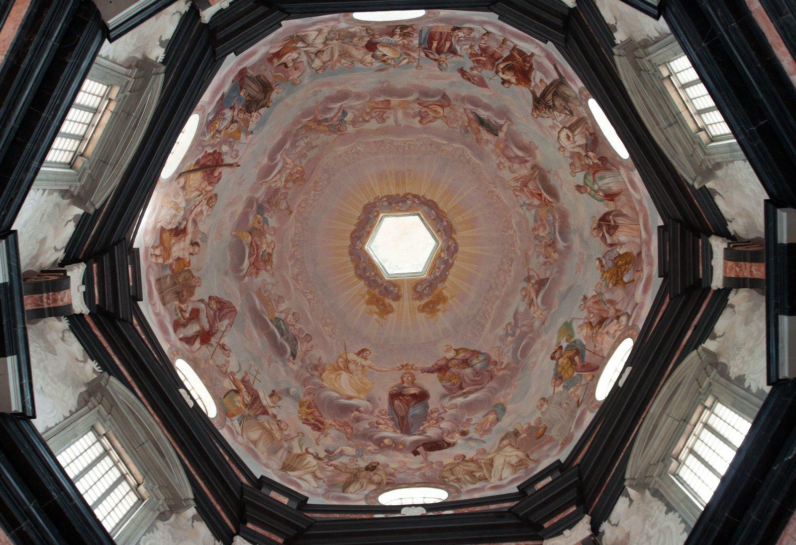 1 il. Giuseppe Rossi. Švč. Mergelės Marijos vainikavimas. Freska. 1712–1719. Visuminis vaizdas į Pažaislio bažnyčios kupolo daugiafigūrę freską iš apačios. Fot. Aurimas Švedas. 2013 m.