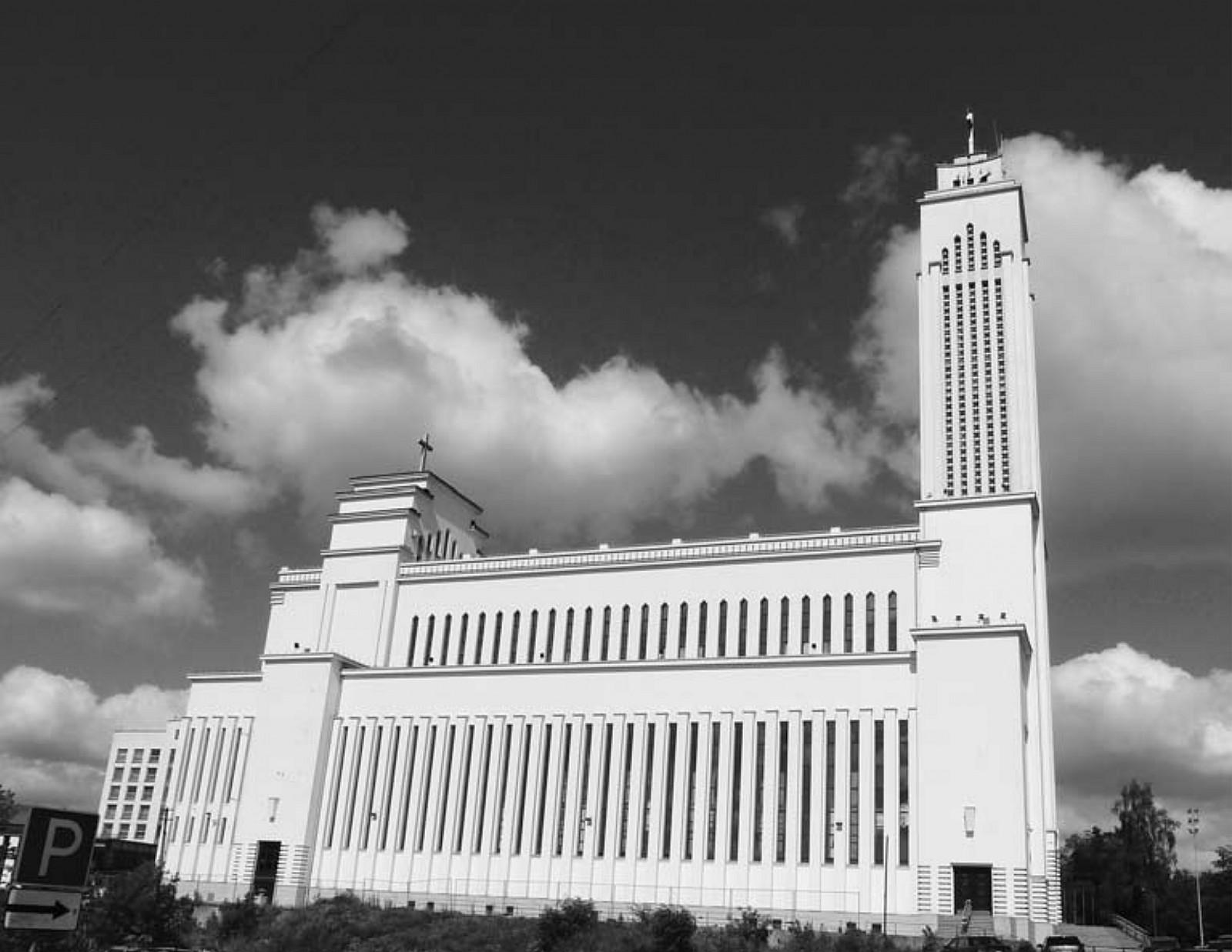 14 il. Karolis Reisonas, Algimantas Sprindys, Atstatytoji Kristaus Prisikėlimo bažnyčia: pietų fasadas, 2011 m., Aido Vasiliausko nuotrauka