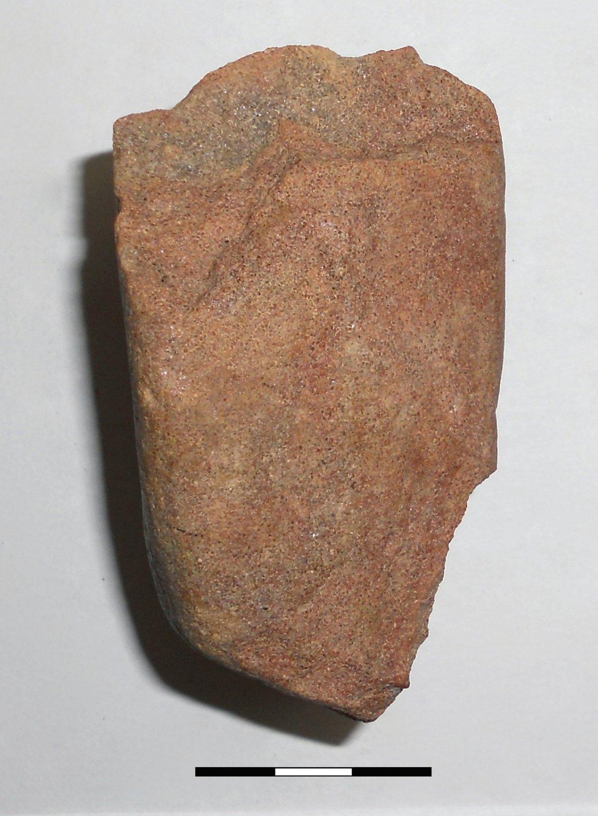 18 pav. Čipingo tipo skaldytas akmuo, Sudota 2, LNM (Gabrielės Gudaitienės nuotrauka) / Fig. 18. Chipping type stone artefact from Sudota 2