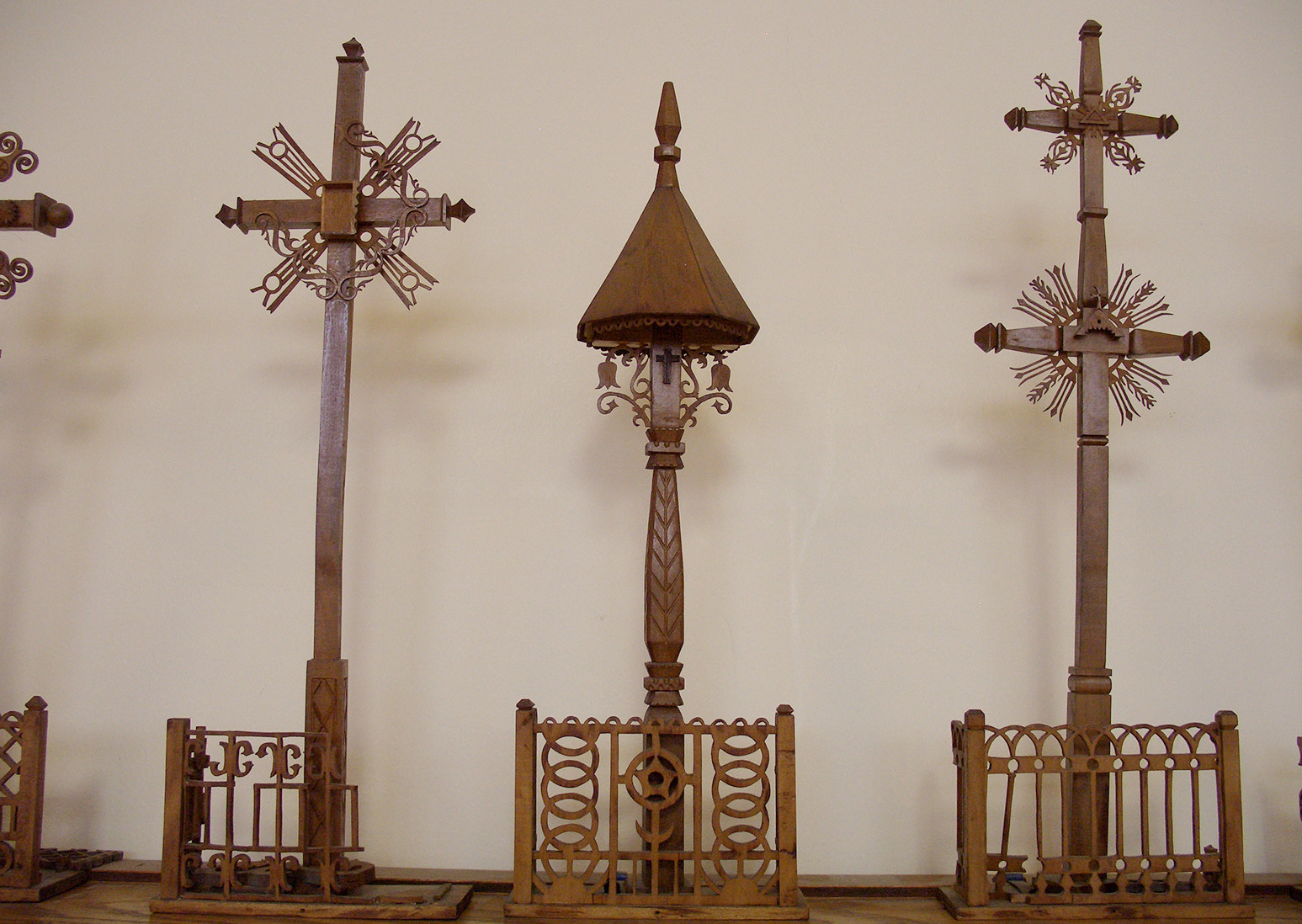 6 pav. A. Varno projektuoti, P. Laurinio išdrožti miniatiūriniai kryžiai ir stogastulpis. S. Urbonienės nuotr., 2012