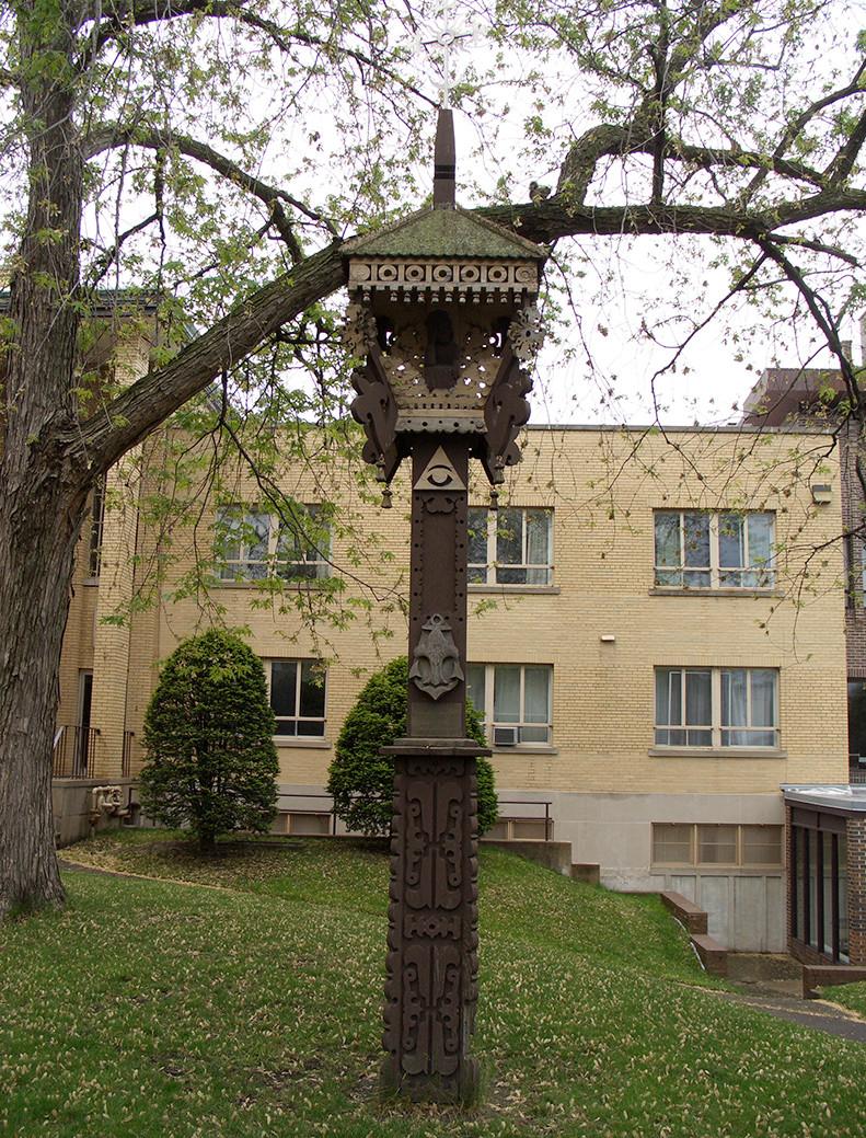 3 pav. A. Poskočimo dirbtas kryžius Jaunimo centro kieme. S. Urbonienės nuotr., 2012