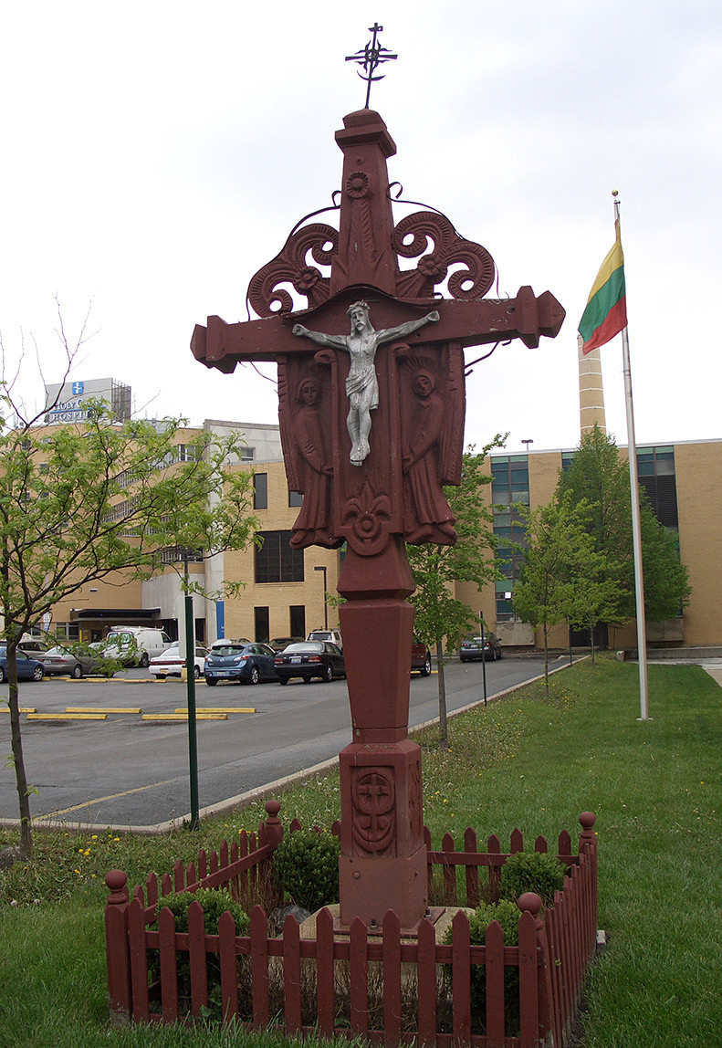 2 pav. J. Daugvilos dirbtas kryžius prie Švč. M. Marijos Gimimo bažnyčios Čikagoje. S. Urbonienės nuotr., 2012