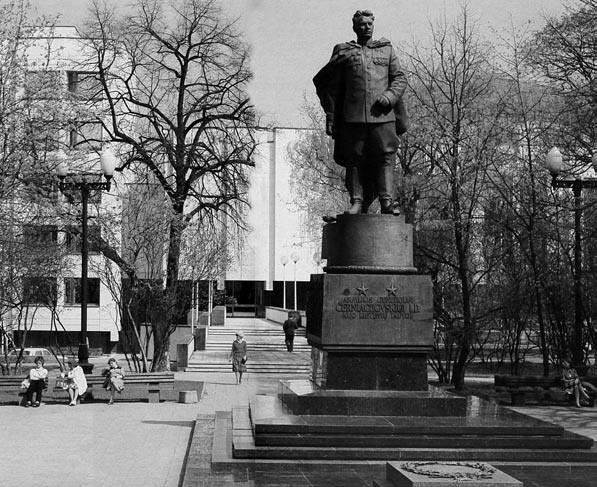 7 pav. Ivano Černiachovskio paminklas Vilniuje, skulpt. Nikolajus Tomskis, archit. Levas Golubovskis, 1950, bronza