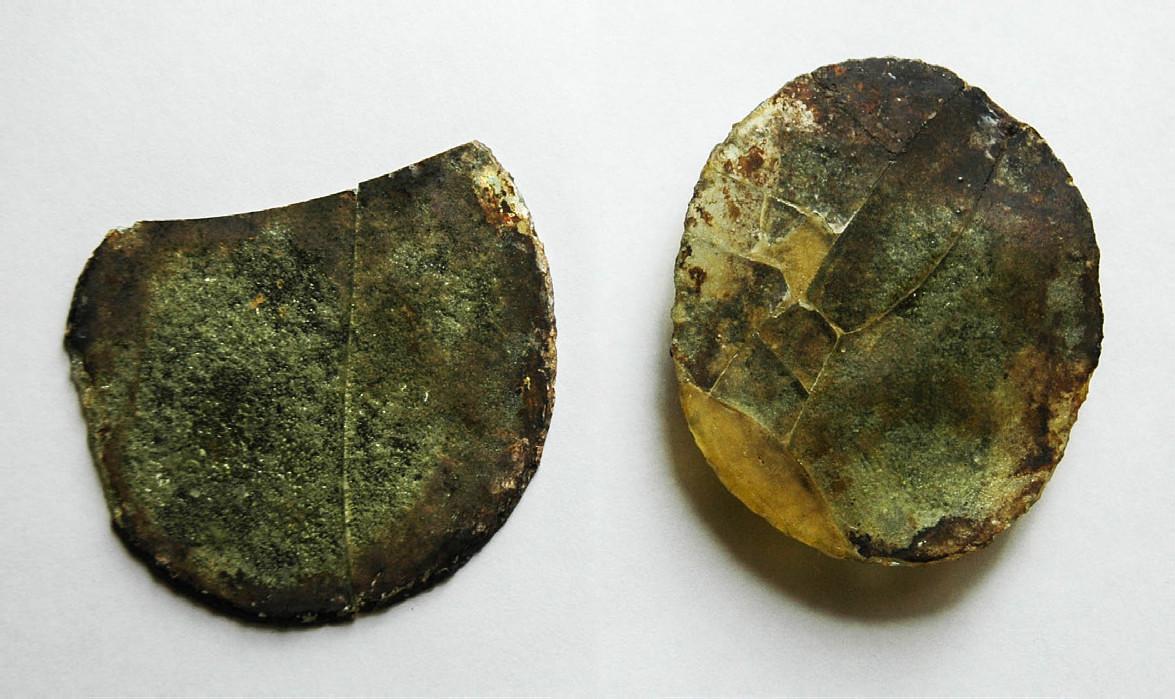 3 pav. XVII a. stikliniai veidrodėliai, aptikti Skėrių kapinyne, Mažeikių r.