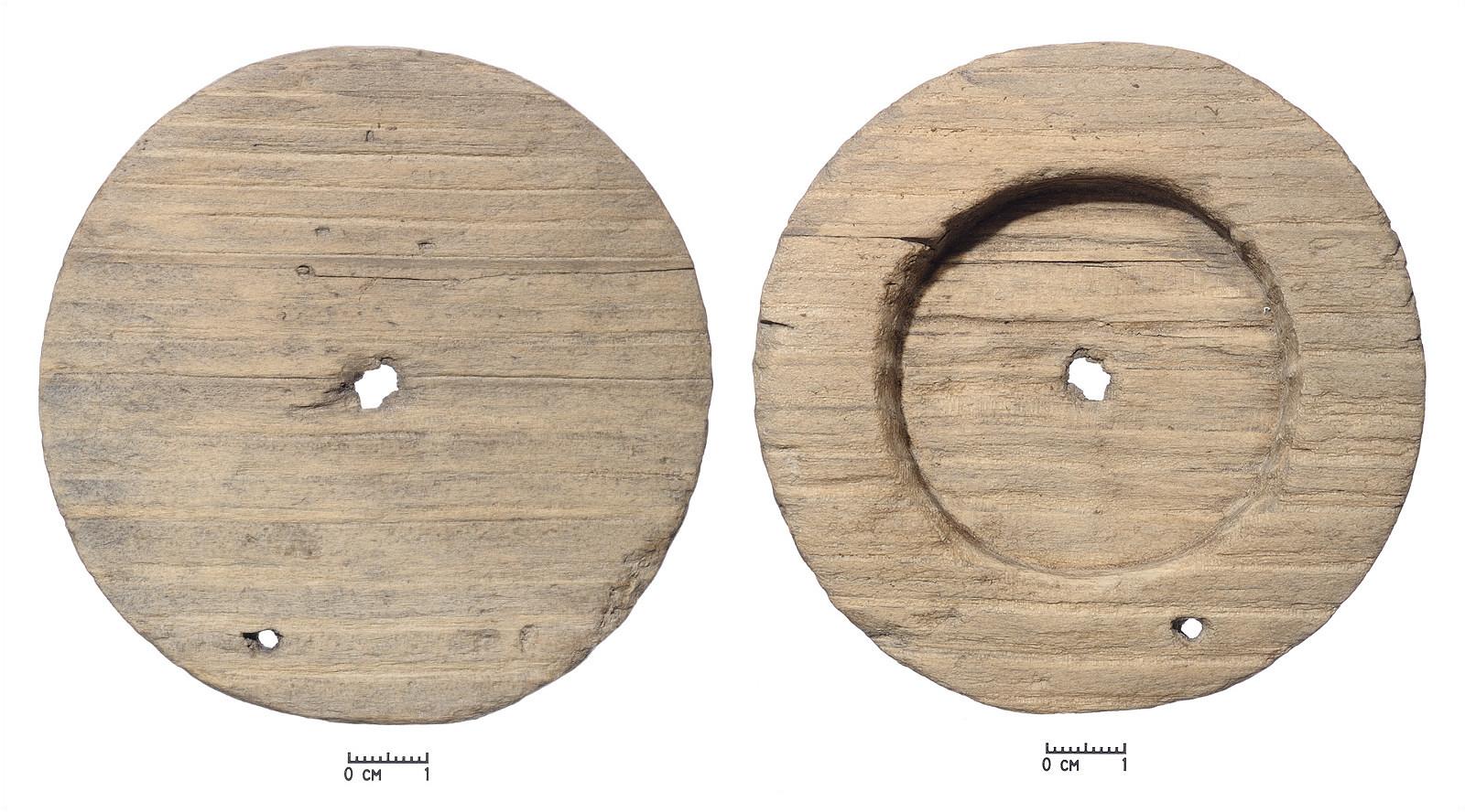 1–2 pav. XIV–XV a. veidrodžio dėžutės rėmelis, rastas Vilniaus žemutinės pilies Valdovų rūmų teritorijoje