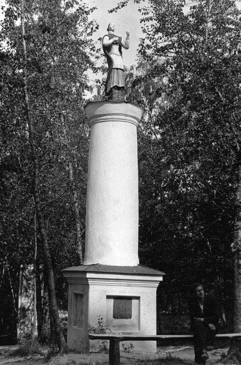 3 pav. Mūrinis stulpas su šv. Agotos skulptūra. XVIII a. pab. Liškiavos bažnyčios šventorius. E. Šnaideraičio (?) nuotr., 1935 m. Kapų kryžiai