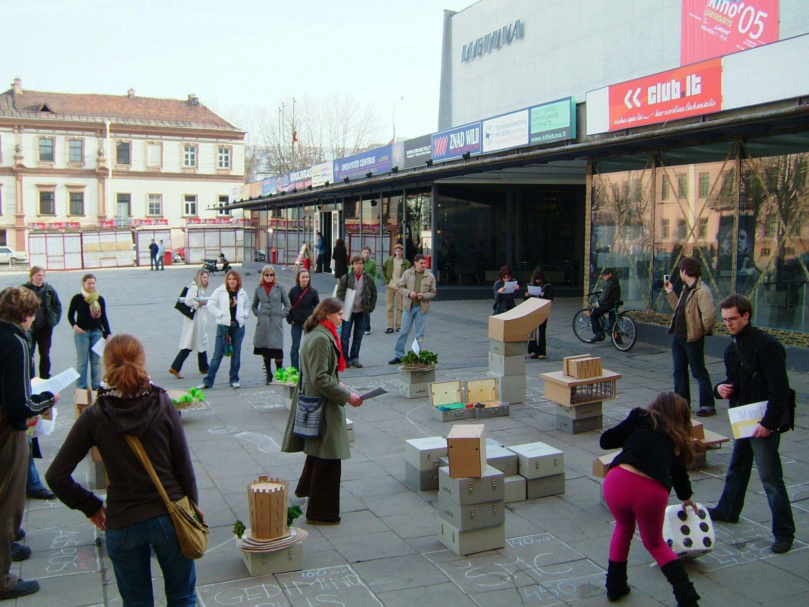 """Protesto laboratorija. """"VIP turgus"""", kur tapus VIP kapitalistu galima varžytis dėl teisės įsigyti miesto objektus, 2005. Nomedos ir Gedimino Urbonų nuotr."""