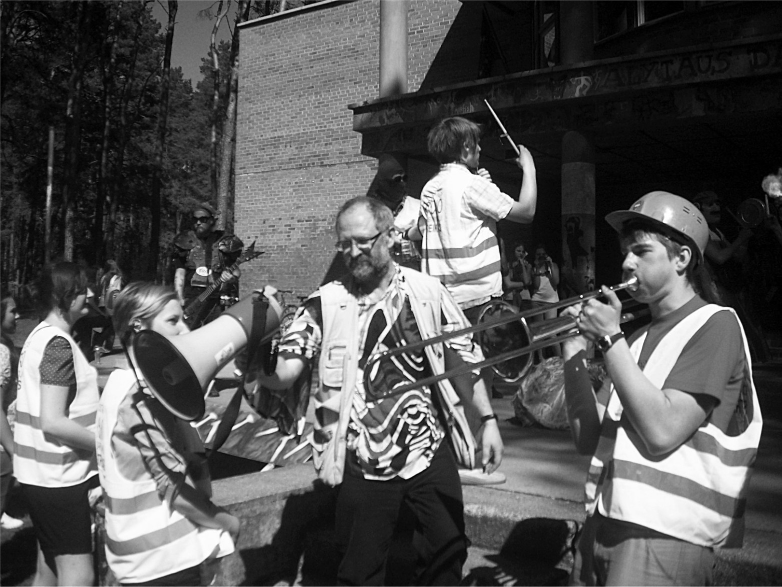 Gegužės 1-osios demonstracija prie Alytaus dailės mokyklos, 2012. Alytaus DAMTP nuotr.