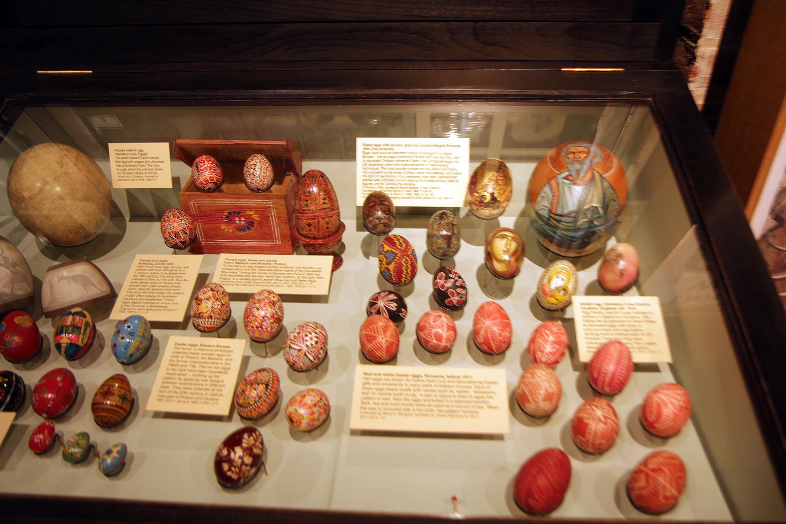 1 pav. Margučių kolekcija iš Rytų Europos ir stručio emu išraižyti kiaušiniai iš Australijos. Pitt Rivers muziejaus ekspozicija. Fot. R. Račiūnaitė-Paužuolienė, 2012 m.