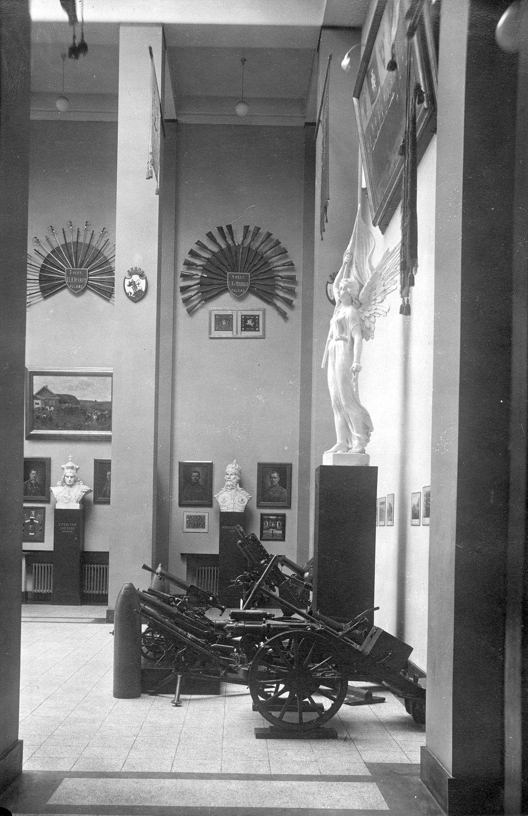6 il. Vytauto Didžiojo karo muziejaus Didžiosios salės dalis. 1937 m. Fotografas J. Timukas. Vytauto Didžiojo karo muziejaus nuosavybė, N – 617