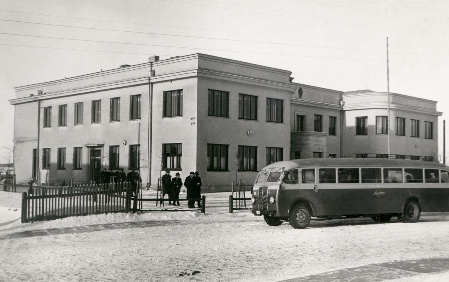 """2 pav. 1933 m. naujai pastatyti mūriniai Utenos šaulių namai, virš įėjimo LŠS ženklas ir užrašas: """"Šaulių namai – Tautos namai"""", XX a. 4-asis dešimtmetis. I. Girčiaus nuotr. (LCVA)"""